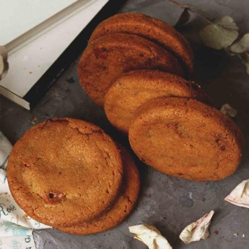 Печенье с шоколадом, нугой и карамелью