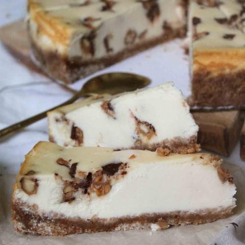 Чизкейк с карамелью, орехом, нугой и шоколадом